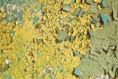 Alter schädigender gelber Lack auf einer Betonmauer Lizenzfreies Stockfoto
