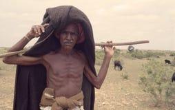 Alter Schäfer in ländlichem Indien lizenzfreie stockbilder