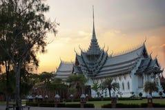 Alter schöner weißer thailändischer Tempel am Sonnenunterganghimmel stockfotos
