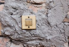 Alter Schalter auf der Wand stockfotos