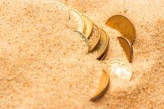 Alter Schatz im Sand lizenzfreies stockbild