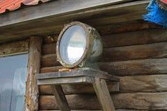 Alter Scheinwerfer angebracht an einem Holzhaus Lizenzfreie Stockbilder