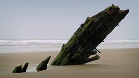 Alter Schiffbruch, der aus dem Sand heraus haftet stock footage