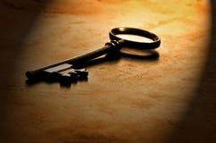 Alter Schlüssel auf abgenutztem Holz Stockfotos