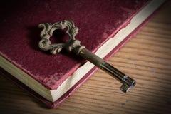 Alter Schlüssel auf antikem Buch Lizenzfreie Stockfotografie
