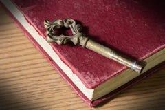Alter Schlüssel auf antikem Buch Stockfoto