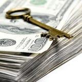 Alter Schlüssel auf Geld Stockfotografie