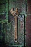 Alter Schlüssel auf rostiger Oberfläche. stock abbildung