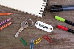 Alter Schlüssel mit Erfolgs-Text Hölzerner Beschaffenheitshintergrund mit Bleistift Lizenzfreies Stockbild