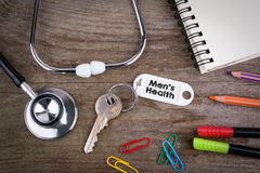 Alter Schlüssel mit Men& x27; s-Gesundheits-Text Hölzerner Beschaffenheitshintergrund mit p Lizenzfreie Stockfotos