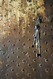 Alter Schlüsselbund hängend von der Verriegelung Stockbilder