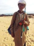 Alter Schlange-Charmeur auf Strand in Karachi, Pakistan stockfoto