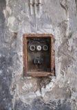 Alter schlechter Rusty Switch Box auf der verwitterten Wand stockfoto