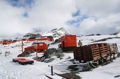Alter Schlitten und polarer Traktor [Ca-Fünfzigerjahre], quonset Hütte, Stockfotos
