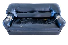 Alter Schmutz der Weinlese zerriss verlassene Couch oder Sofa Lizenzfreie Stockfotografie