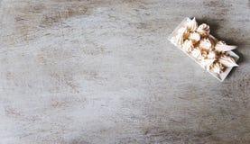 Alter Schmutz masert Hintergründe Meringen auf einer weißen quadratischen Platte Perfekter Hintergrund mit Raum lizenzfreie stockfotografie