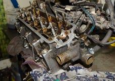 Alter schmutziger auseinandergebauter Automotor Stockbild