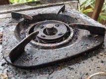 alter schmutziger Ofen im im Freien kichen Stockbild