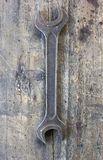 Alter, schmutziger Schlüssel gegen hölzerne Planke Lizenzfreie Stockbilder