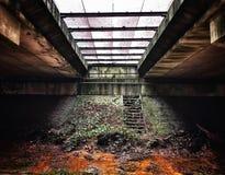 Alter Schmutzplatz unter der Brücke Stockfoto