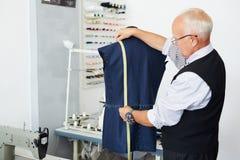 Alter Schneider Making Suit Lizenzfreies Stockbild