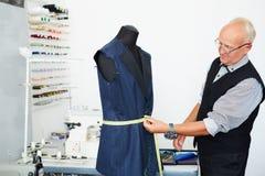 Alter Schneider Measuring Suit auf Mannequin Stockbilder