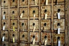 Alter Schrank mit Tellersegmenten und Kennsätzen Stockbilder