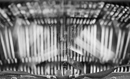 Alter Schreibmaschinenjournalist in bw-Ton Lizenzfreie Stockfotos