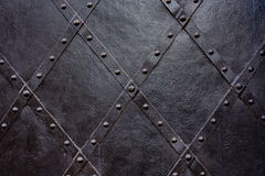Alter schwarzer Eisentürhintergrund, Beschaffenheit, Tapete, Muster stockfoto