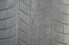 Alter schwarzer Reifen mit abgenutztem Schritt und Sprünge, abgenutzter alter Autoreifenschritt, alter schädigender, abgenutzter  lizenzfreie stockfotos