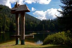 Alter See Synevyr in den ukrainischen Karpaten umgeben durch üppigen Märchenwald stockfotografie
