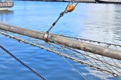 Alter Segelbootmast und -seil am Hafen von Kiel an einem sonnigen Tag lizenzfreie stockfotografie