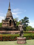 Alter siamesischer Tempel + Statue Stockfotos