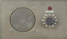 Alter Skalavolumenschalter mit Sprecher und roter Leuchtanzeige Lizenzfreie Stockfotografie
