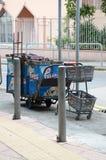 Alter Snack-Warenkorb geparkt auf Straße in Hong Kong Stockfotografie