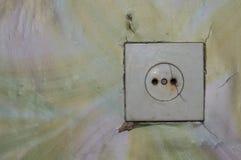 Alter Sockel auf der Wand eines verlassenen Gebäudes Stockfotografie