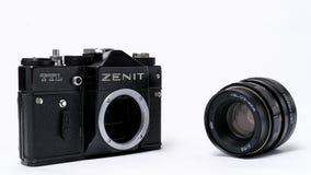 Alter Sowjet Zenit TLL 35 Millimeter-Filmkamera lokalisiert auf Weiß mit ihm Lizenzfreie Stockfotografie