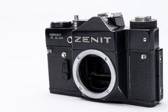Alter Sowjet Zenit TTL 35 Millimeter-Filmkamera lokalisiert auf Weiß Lizenzfreie Stockfotos
