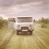 Alter sowjetischer Artkleinbus in der Wüste stockfotografie