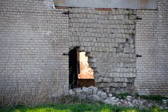 Alter sowjetischer Ziegelstein verlassenes Geb?ude Einsturzbacksteinbau lizenzfreies stockfoto