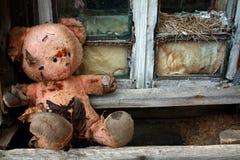 Alter Spielzeugbär in den Ruinen Lizenzfreie Stockfotos