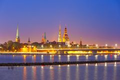 Alter Stadt- und Fluss Daugava nachts, Riga, Lettland Stockfoto