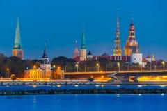 Alter Stadt- und Fluss Daugava nachts, Riga, Lettland Stockfotos