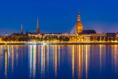 Alter Stadt- und Fluss Daugava nachts, Riga, Lettland Lizenzfreies Stockfoto