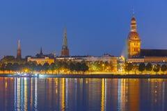 Alter Stadt- und Fluss Daugava nachts, Riga, Lettland Stockbilder