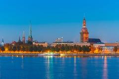 Alter Stadt- und Fluss Daugava nachts, Riga, Lettland Lizenzfreie Stockfotos
