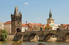 Alter Stadtbrücken-Kontrollturm und Charles-Brücke Lizenzfreie Stockfotos