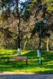 Alter Stadtpark mit Bank und Laterne Lizenzfreies Stockbild