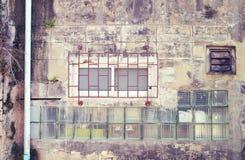 Alter Stahl und hölzerne Fenster auf schmutzigem Weinleseretrostil ummauern w Stockfoto