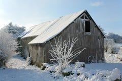 Alter Stall im Schnee Stockfoto
